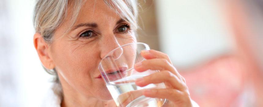 Aguas Río Claro: La importancia de beber agua en la tercera edad